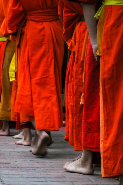 Barefoot buddhist monks, Luang Prabang, laos ルアンパバーン、裸足で歩く托鉢僧たち