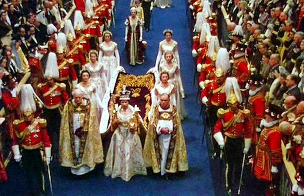 Queen-Elizabeth-II-arrives-at-Westminster-Abbey-in-the-Coronation-queen-elizabeth-ii-37845304-990-640
