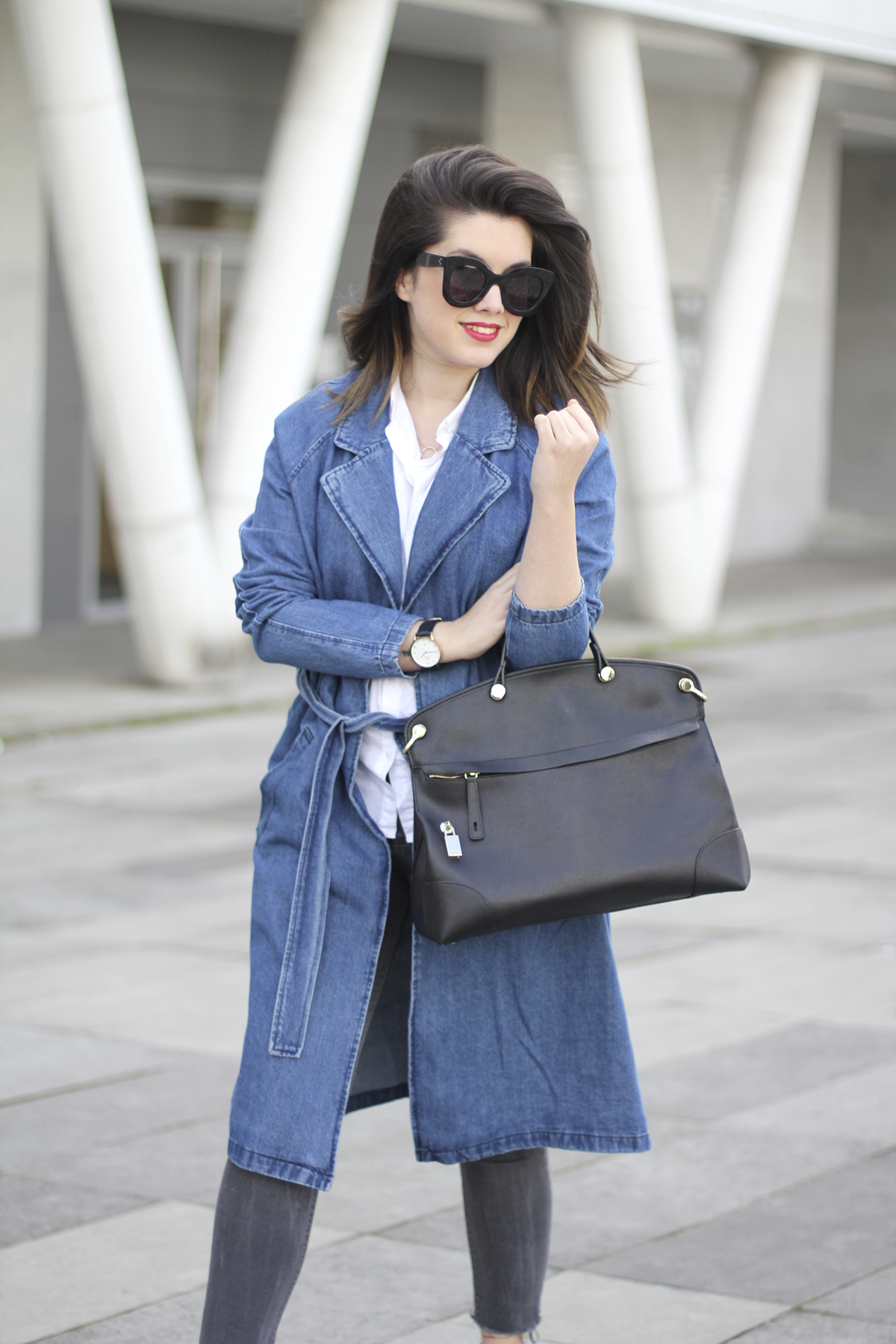 look with denim trench and piper furla streetstyle 6