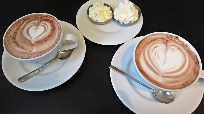 Goldengelchen-Winter in München-Kakao im Cafe Luitpold