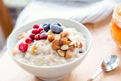 Porridge oats with almonds and berries