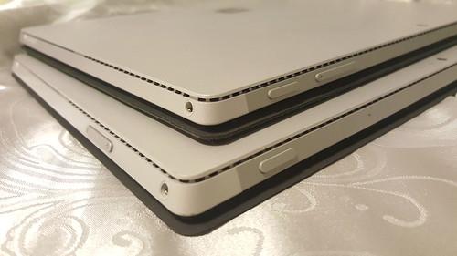 ตำแหน่งปุ่มของ Surface Pro 4 (บน) กับ Surface Pro 3 (ล่าง) แตกต่างกันนิดหน่อย