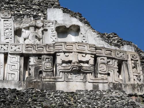 Xunantunich: la face est du Castillo avec l'Arbre du Monde (grand visage) et Bacab (homme)