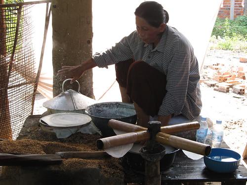 """Battambang: fabrique de """"rice paper"""" pour les rouleaux de printemps"""