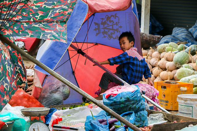 A boy in the Talat Phosi market, Luang Prabang, Laos ルアンパバーン、タラート・ポーシー市場