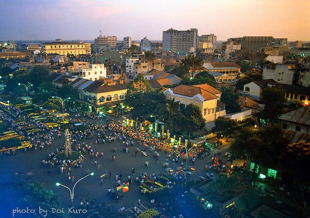 Saigon 1990 - Nguyen Hue flower street - Photo by Doi Kuro