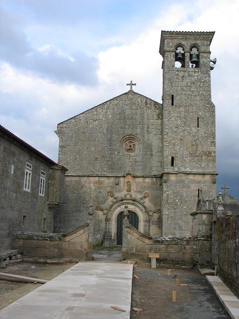 Obras de rehabilitación da contorna da igrexa de Sandiás a cargo do Obradoiro do Emprego (Maio 2004).