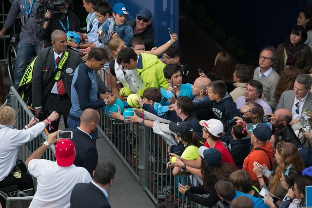 Rafael Nadal entre la marea de aficionados