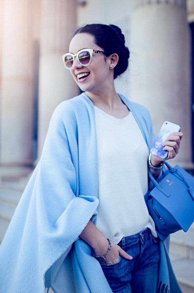 Cómo combinar un poncho azul claro