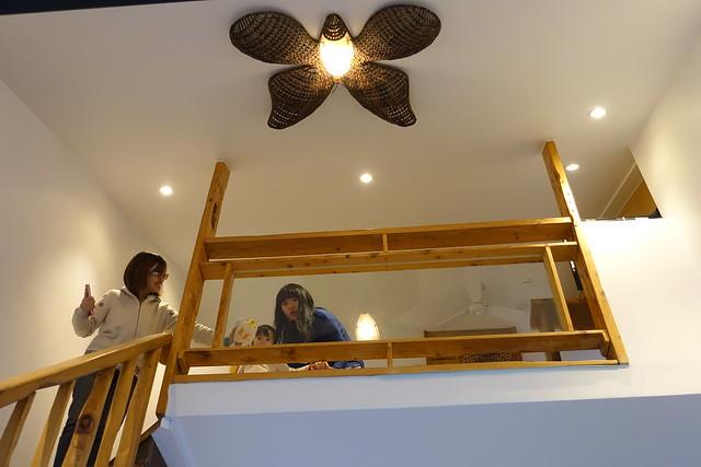 從樓下往上拍,吊燈是蝴蝶(還是蛾?XD),我覺得滿適合這裡的主題的@宜蘭香格里拉休閒農場