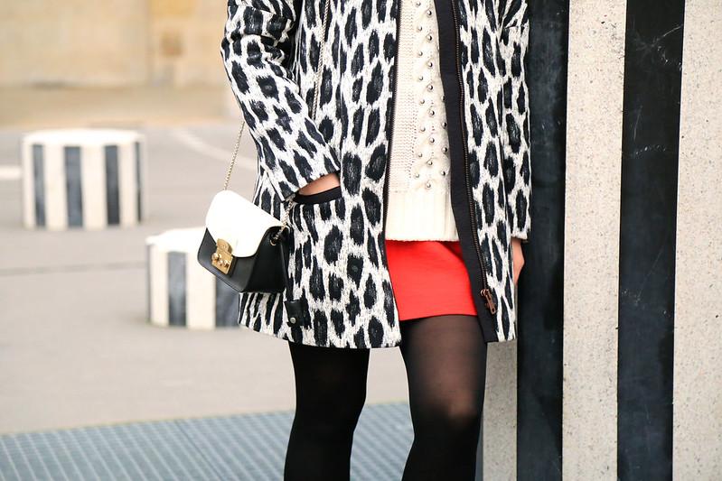 veste imprimé léopard et jupe rouge