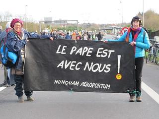 deux manifestantes portent un banderole qui lit