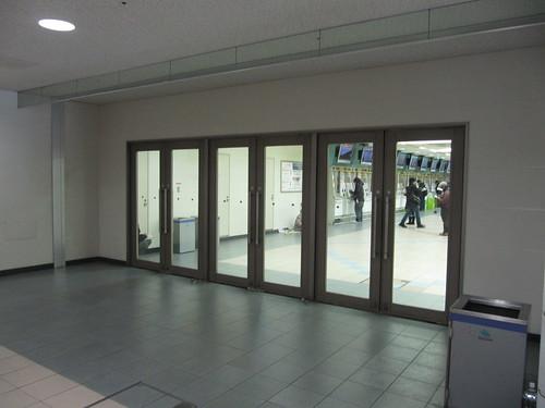 京都競馬場のスタンドの扉