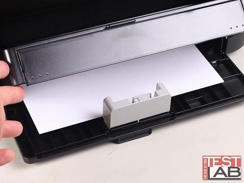 Khay nạp giấy có nắp đậy kín đáo, ngay trên đó là khay đa năng.