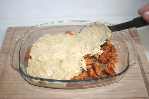 34 - Lauch-Käse-Sauce darüber verteilen / Spread leek cheese sauce