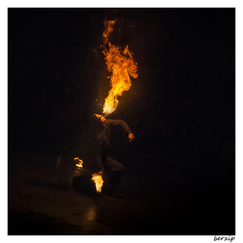jongleurs et cracheurs de feu 24251633669_63843890ef_o
