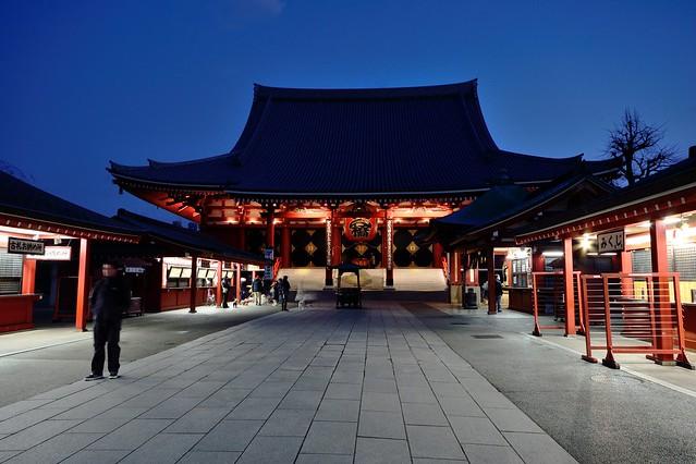夜明け前の浅草寺の境内の写真