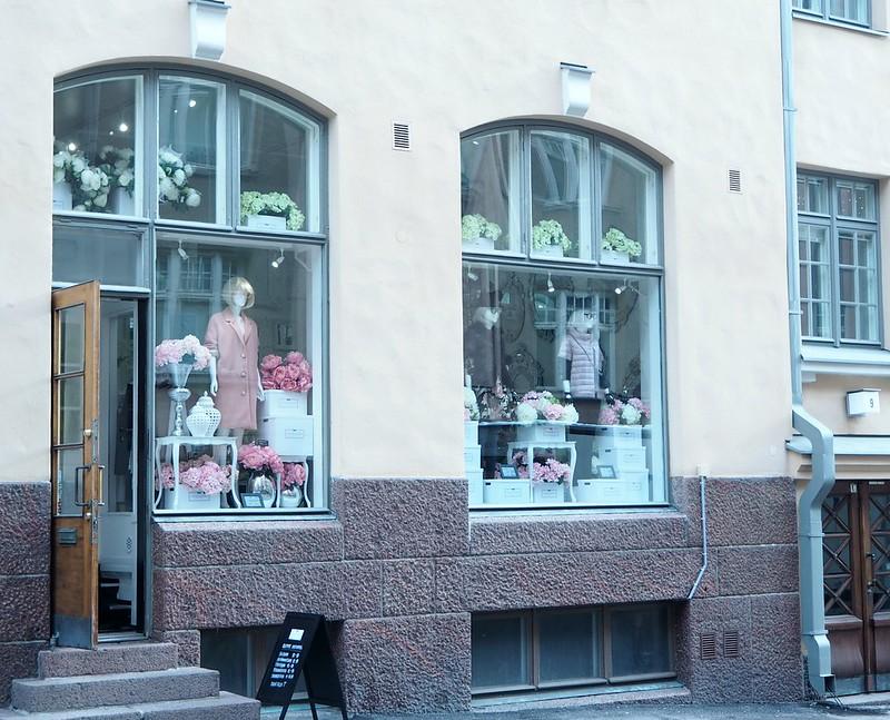 maisonhelsinkiP2238224,maisonhelsinkiP2238214, maison helsinki boutique, sisustuskauppa, sisustusliike, decoration shop, boutique, helsinki, maison helsinki, korkeavuorenkatu, hortensia, lilja, pioni, kukat, flowers, artificial flowers, tekokukat, sisustus, decoration, helsinki vinkit, helsinki tips, ostokset, shopping, inspiration, visit helsinki, shop ideas, unique boutique, vases, mirrors, maljakot, peilit, sisustustavarat, lifestyle kauppa, valkoinen, vihreä, pinkki, hopea, silver, white, green, pink, pale pink, pale green, lillies, pionies,