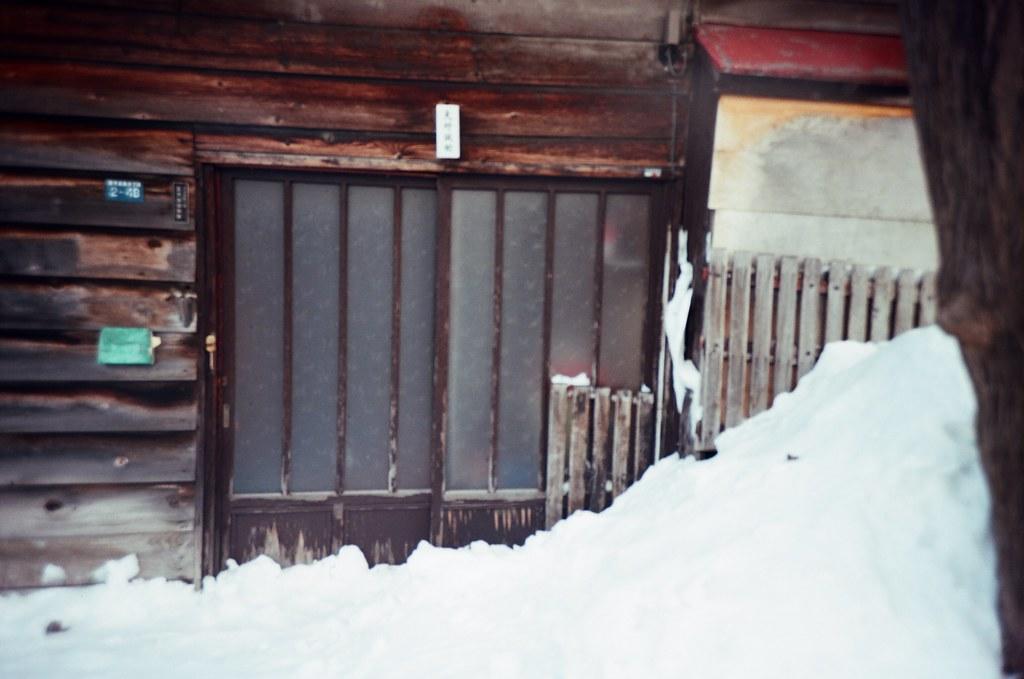 學園前 札幌 北海道 Sapporo, Japan / Kodak Pro Ektar / Lomo LC-A+ 雪,我第一次看到雪,很冷,很冰,軟綿綿。  好奇雪有多綿,我就把手掌壓入雪堆,但沒多久一陣刺痛,想甩掉手上的雪卻甩不掉。  手掌刺痛著,心裡想念的也刺痛著。  Lomo LC-A+ Kodak Pro Ektar 100 8267-0008 2016-01-31 ~ 2016-02-02 Photo by Toomore