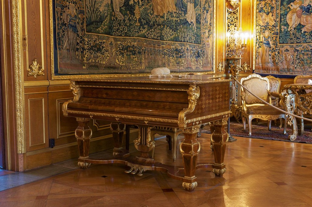 Grand piano in the Hallwyl museum's large salon. Built in New York in 1896 by Steinway & Sons. Case designed by Isak Gustaf Clason and crafted by the carpenter Carl Herman Benckert.