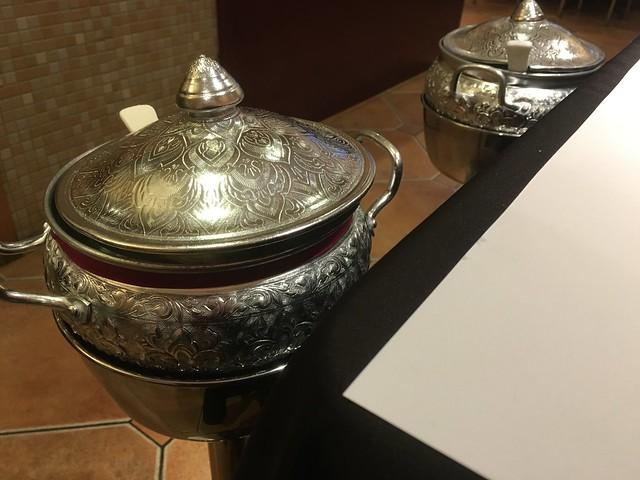 泰國米與台灣米各一,泰國米的鍋子上會繫上紅絲帶以利辨識@瓦城大遠百店