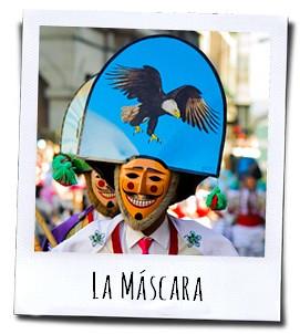 De mannen dragen met de handbeschilderde houten maskers met daarop figuren van dieren