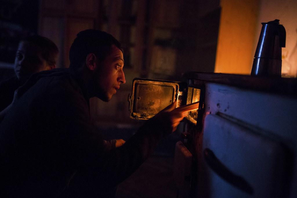 Dénes rak a tűzre reggel, a kávé már korábban felkerült | Fotó: Magócsi Márton
