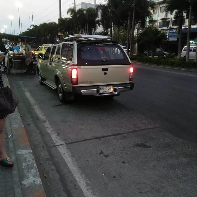 เส้นขาว-เหลือง ป้ายของรถประจำทาง แต่คันนี้จอดเกิน10นาที คันที่สอง