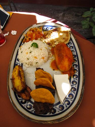 Antigua: mix des différents plats typiques du Guatemala (bananes plantains frites, purée de haricots noirs, fromage frais, chili farci et tortilla au fromage)