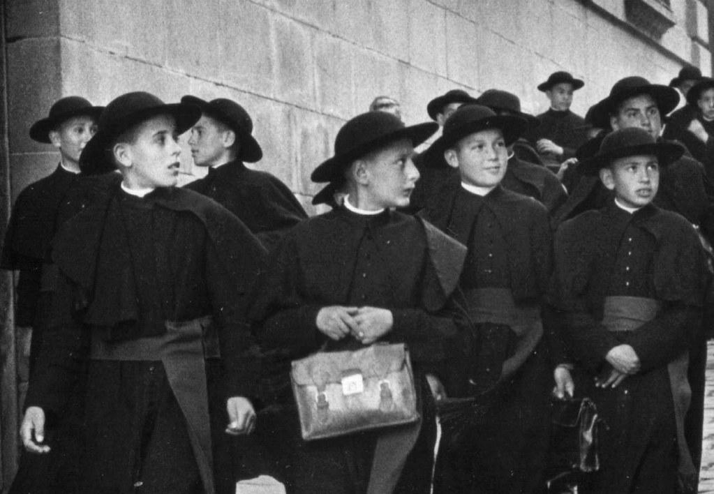 Seminaristas atónitos ante la visita de Cantinflas a Toledo en 1959. Detalle de una foto de Gerard Decaux