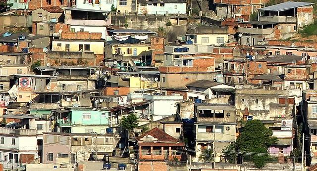 + MORRO DO CARACOL - RUA CABREUVA NA PENHA - COMPLEXO DO PENHA - Ricko de IPANEMA ≠ POBRE PENHA - desigualdade social