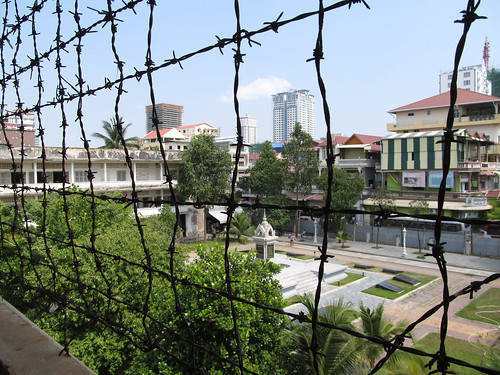 Phnom Penh: des barbelés pour éviter les suicides