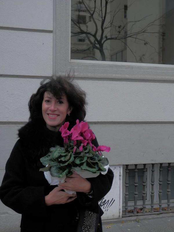 Beatriz con flores