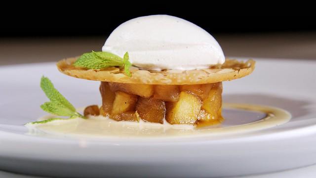 Tarta de manzana con helado de vainilla