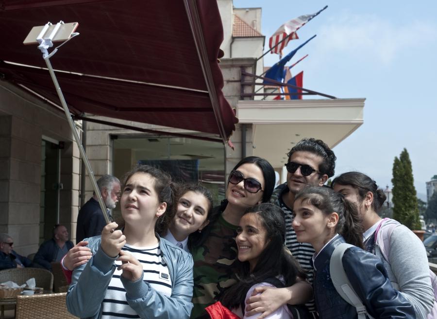 Գայանե Ասլամազյանը և Արսեն Գրիգորյանը՝  ստեփանակերտցի երեխաների հետ