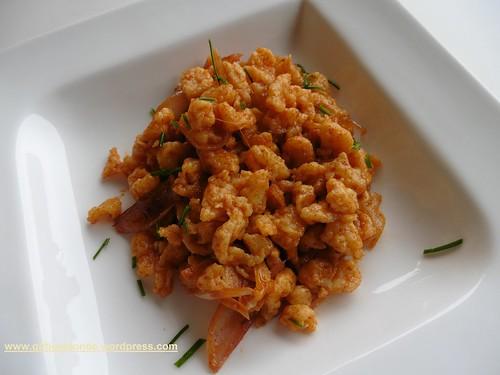 Nockerl mit geschmolzenen Schalotten, Knoblauch und Pimenton picante