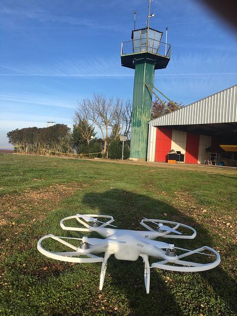 Imagen de un drone Phantom en exterior.