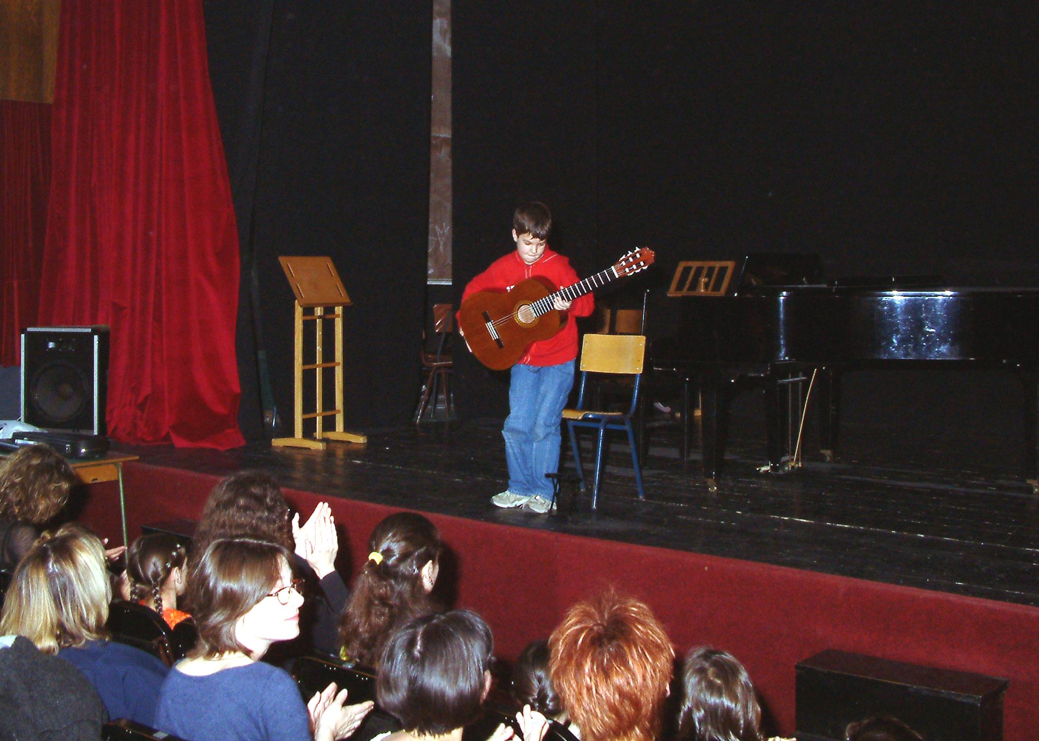 """Iz arhiva škole - 2004. godina majski koncert """"KOC"""""""