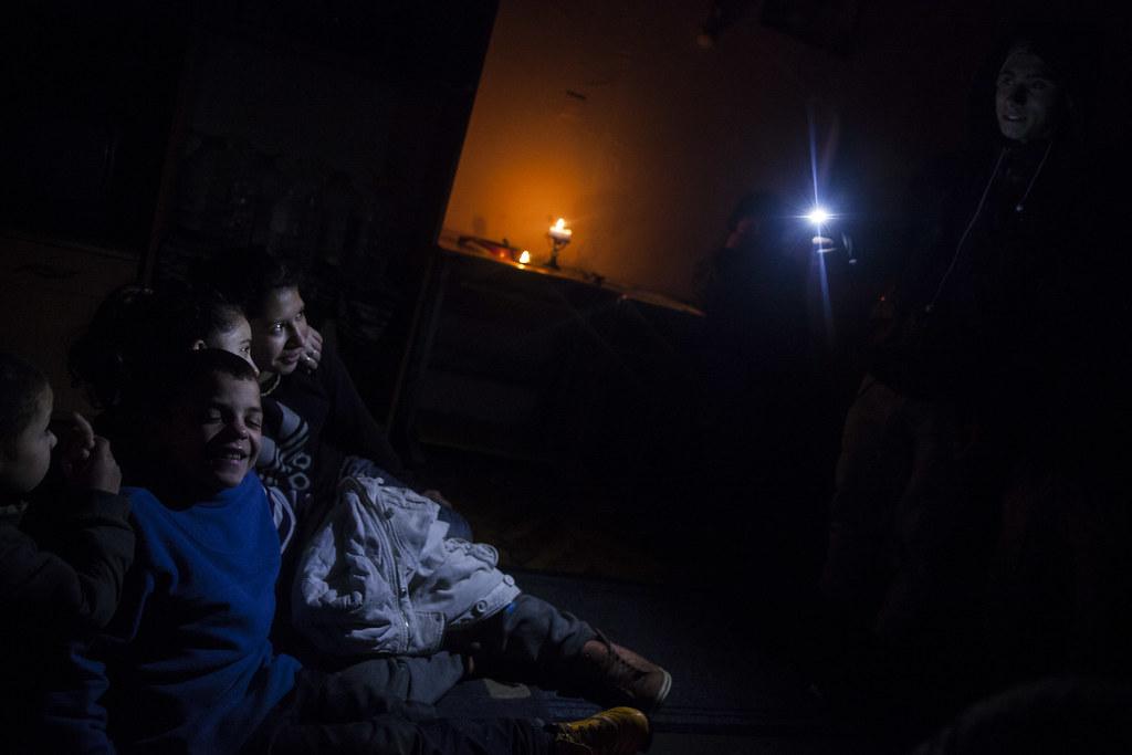 Terike kisebb gyerekei és egy barátnőjük fényképezkedik egy látogatóba érkezett srác mobiljával. A faluban többeknél is így van villany, vagyis áthúzzák egy szomszédtól, akinél van mérő. Volt, aki ült is börtönben a szabálytalanság miatt. Elmondásuk alapján, ha közelebbi rokontól vagy ismerőstől jön az áram, akkor felezik a számlát, ha nem, akkor általában fix összeget fizetnek. Ez tízezer forint szokott lenni havonta, fogyasztástól függetlenül. | Fotó: Magócsi Márton