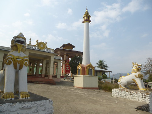 M16-Hsipaw-Temple-Bouddha debout (1)