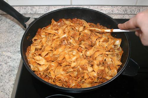 39 - Nudeln mit Sauce vermischen / Mix noodles with sauce