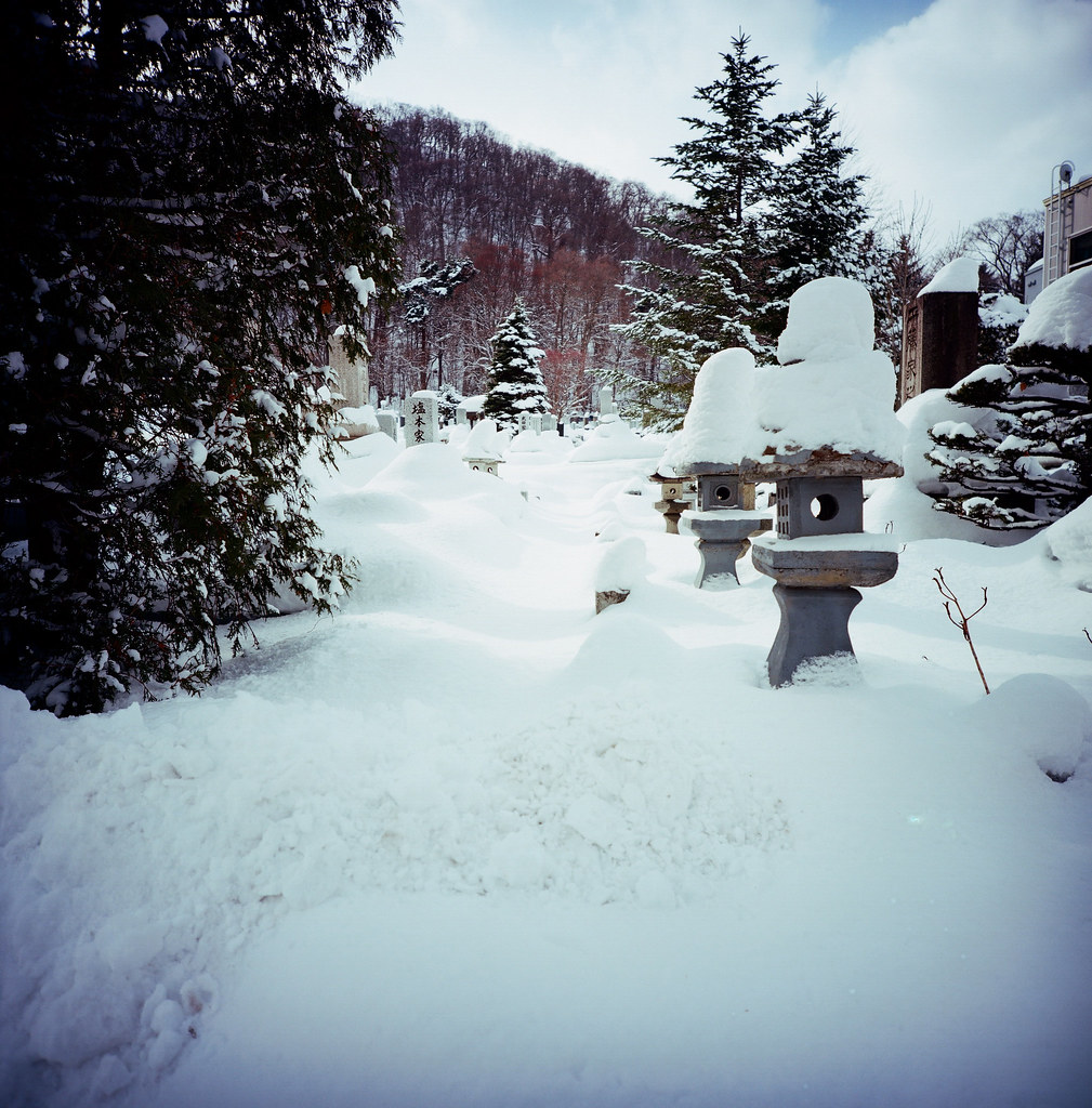 北海道神宮 / Kodak Pro Ektar / Lomo LC-A 120 2016/02/03 以前都只有在漫畫才會看到雪把墓碑堆滿的畫面,沒想到我也拍到了,不知道為什麼覺得日本的墓園不會很可怕,老實說我常常走到有墓園的地方就進去逛逛 XD  本來也想要進去裡面拍,但是這裡的雪沒人清理,堆到半個人高,我有嘗試踏進去一步,但整個陷進去有點可怕走不出來凍死在裡面,然後上了日本新聞有愚蠢的台灣觀光客凍死在墓園,想到就還是乖乖在外面拍一張就好了!  用 Lomo LC-A 120 拍的畫面,我還滿喜歡的!  Lomo LC-A 120 Kodak Pro Ektar 100 120mm 8280-0004 Photo by Toomore