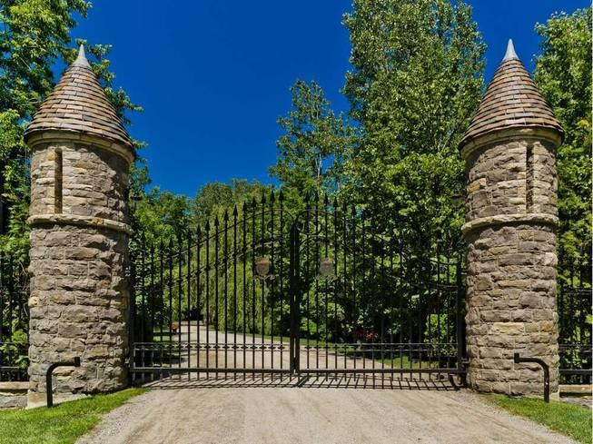 Массивный забор поместья Селин Дион в Канаде
