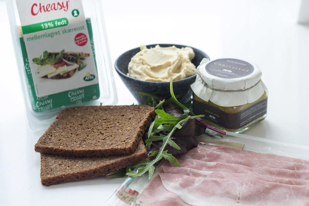 Rugbrødssandwich med skinke, ost og hummus