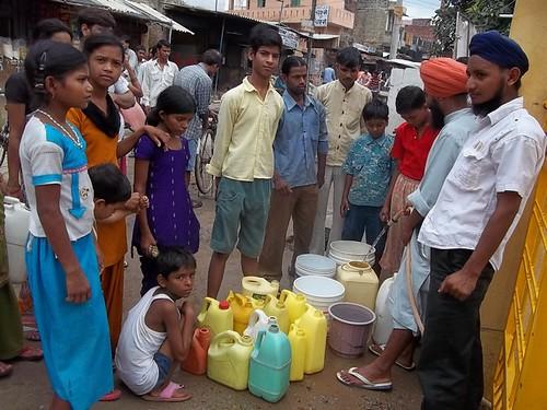 बढ़ती आबादी के ारण गहराती जल आपूर्ति समस्या