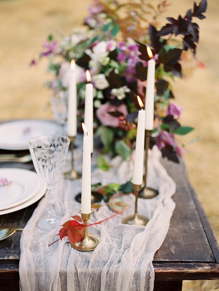 Shades of lilac for autumn Wedding Place setting Ideas | Photo by Igor Kovchegin | Fab Mood