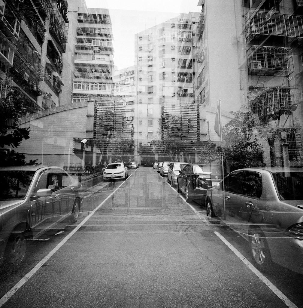 忠駝國宅 Taipei, Taiwan / Kodak TRI-X 400 / Lomo LC-A 120 2015/11/13 拿著 Lomo LC-A 120 裝黑白底片到處拍,一直在練習估焦,到這張很簡單,直接推到無限遠拍。  拍的時候沒想那麼多,但效果還不錯,就一格格密集的概念。  Lomo LC-A 120 Kodak TRI-X 400 / 400TX 120mm 3527-0005 Photo by Toomore