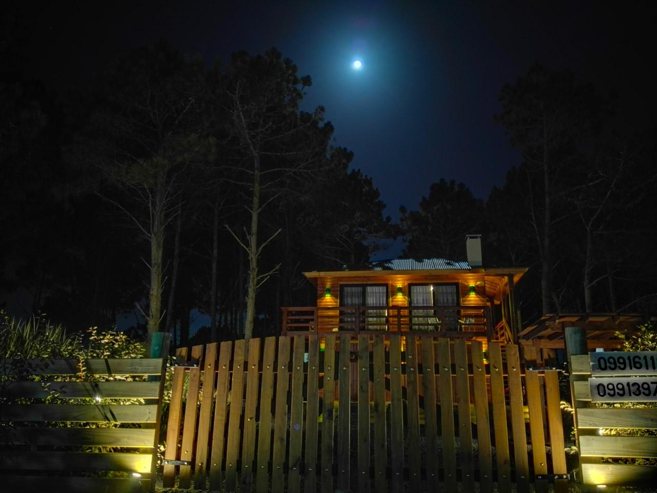 La luna llena iluminando los bosques de pino en Punta del Diablo, donde se construyen pintorescas cabañas. (Fotografía tomada con un smartphone Huawei P8 en modalidad Supernoche, Elton Núñez)