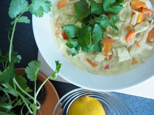 thaikeittoP2147521, thaikeittoP2147498, tulinen thaikeitto, lämmin keitto, kasvis keitto, mausteinen, spicy, warm, asian food, aasialainen ruoka, food, thai food, thairuoka, kasvisruoka, vegetarian food, sitruuna, korianteri, tofu, thai soup, resepti, recipe, ruoka ohje,
