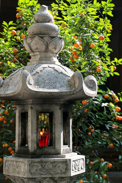 Stone lantern in a buddhist temple, Hanoi, Vietnam ハノイ、お寺の石灯籠